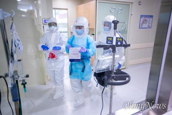 분당서울대병원 39 감염관리병동 간호사들이 음압병동 내에서 환자에게서 채취한 검체를 운반하고 있다.