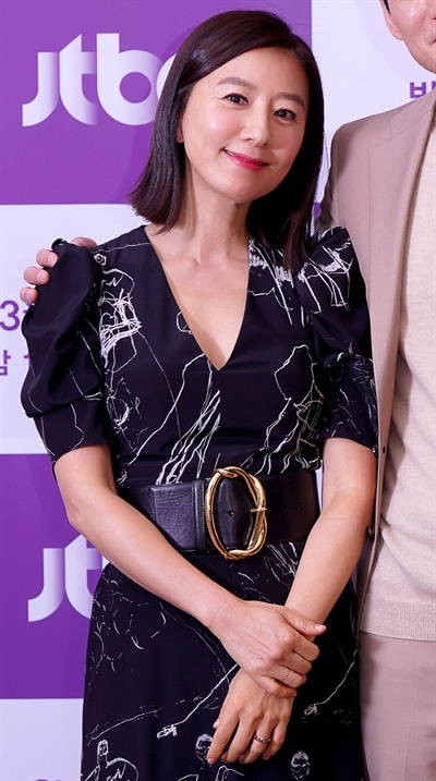 '부부의 세계' 김희애, 배려 깊은 여자 배우 김희애가 26일 오후 온라인으로 진행된 JTBC 새 금토드라마 <부부의 세계> 제작발표회에서 포즈를 취하고 있다. 영국 BBC의 <닥터 포스터>를 원작으로 한 <부부의 세계>는 사랑이라고 믿었던 부부의 연이 배신으로 끊어지면서 감정의 소용돌이에 빠지는 이야기를 담은 드라마다. 27일 금요일 오후 10시 50분 첫 방송.