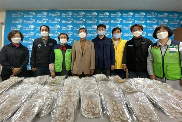 노회찬재단 대구모임이 대구·경북 지역의 공공영역에서 일하는 노동자들에게 마스크를 전달했다