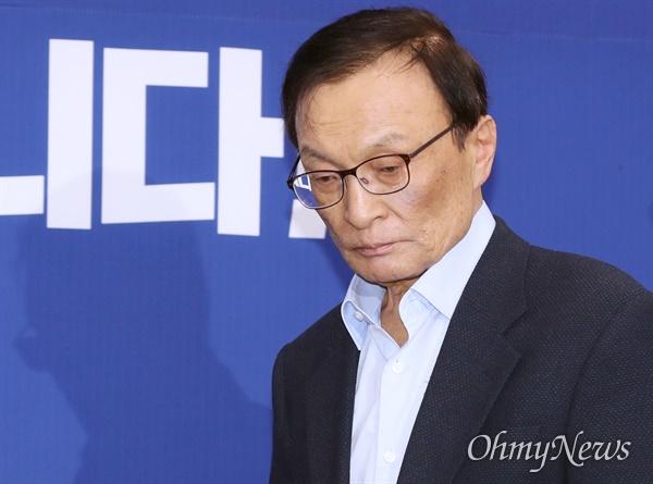 더불어민주당 이해찬 대표가 26일 오후 서울 여의도 국회 당대표회의실에서 더불어시민당 비례대표 후보자들을 만나기 위해 들어서고 있다.