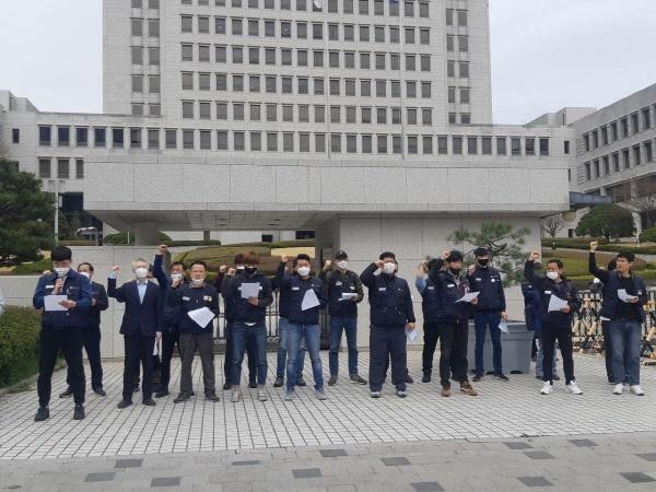 대법인이 3월 26일 현대자동차 남양연구소의 협력업체 근로자의 사용도 근로자파견에 해당한다는 판결을 내리자 관련 노동자들이 대법원 앞에서 이를 환영하는 기자회견을 열고 있다