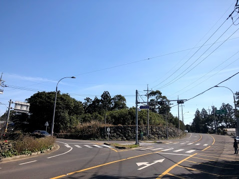 길 확장 공사 때 일부가 깎여나간 마두릿 동산. 길 건너편에 4.3길 안내판이 있습니다.