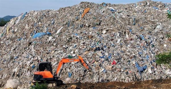 CNN이 보도한 경북 의성 쓰레기산. 온갖 종류의 폐비닐과 폐플라스틱 뿐만 아니라 건설폐기물이 혼재되어 있음을 알 수 있다. 이런 불법 방치·투기 쓰레기산이 전국에 가득하다.
