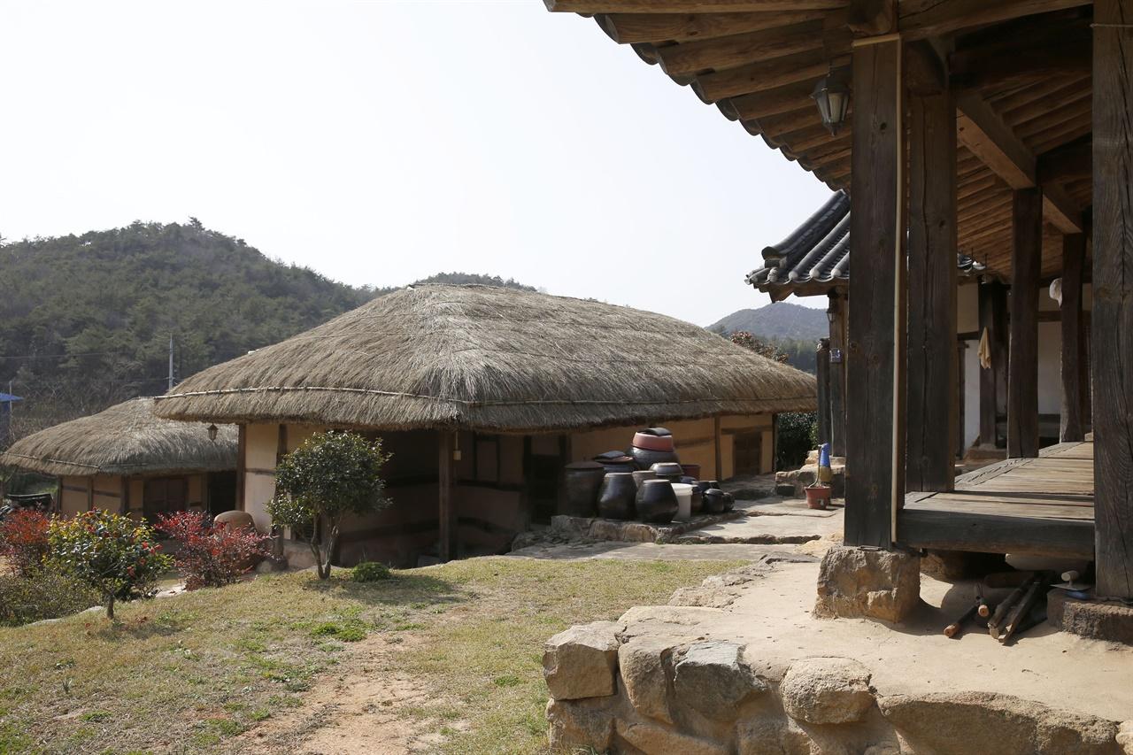 나주 송죽리에 있는 김효병 옛집 전경. 기와의 안채와 초가의 사랑채, 헛간채가 차례로 배치돼 있다.