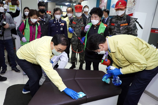 김경수 경남지사와 허성무 창원시장은 3월 27일 오후 4시 창원 상남동 성원그랜드상가에서 방역 활동을 벌였다.