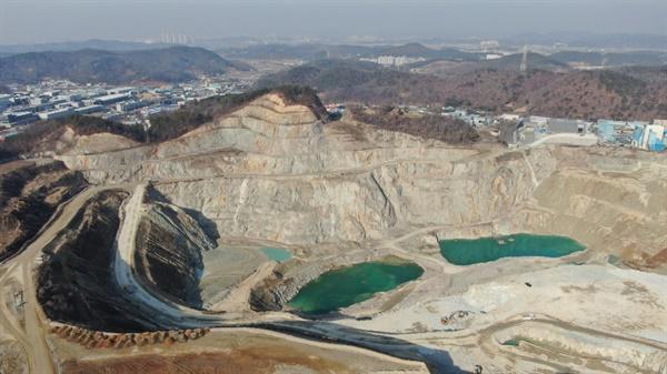 콘크리트용 자갈 채취로 산이 통째로 훼손되었다.