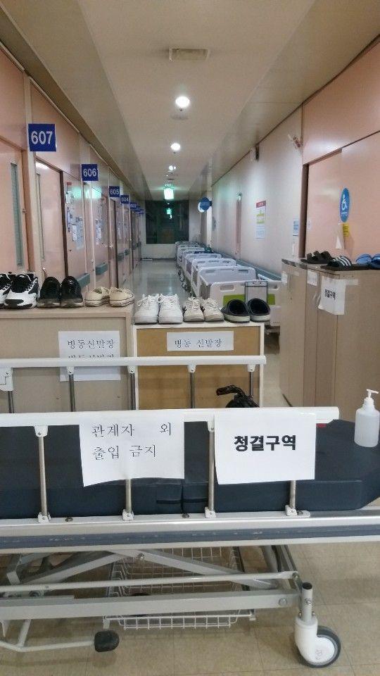 한 코로나19 전담병원에서 병동 절반을 나눠 한쪽을 의료진 숙소로 사용하고 있다.