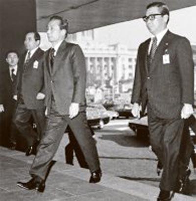 박정희(중앙)와 김재규(오른쪽), 그리고 차지철(왼족)