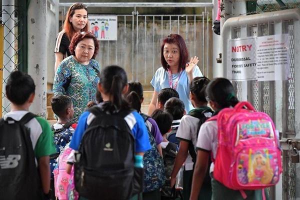 교문에서 사전 체크하는 싱가포르 학교 싱가포르 한 초등학교 교문 앞에서 교직원들이 학생들에게 의심 증상이 있는지, 최근 해외여행 이력이 있는지 등을 묻고 있다. 한국 방역 당국이 내달 6일로 예정된 전국 학교 개학의 실행 여부를 놓고 싱가포르 사례를 살펴볼 필요가 있다고 밝히면서 신종 코로나바이러스 감염증(코로나19) 사태 와중에서 예정대로 개학한 싱가포르 사례에 눈길이 쏠리고 있다. (스트레이츠 타임스 캡처)