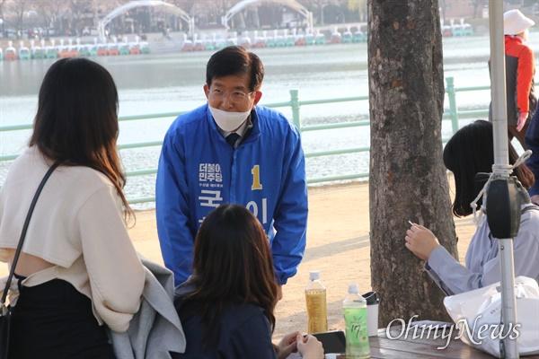 이상식 더불어민주당 대구 수성을 국회의원 후보가 지난 25일 수성못에서 유권자들에게 명함을 나눠주며 인사를 나누고 있다.