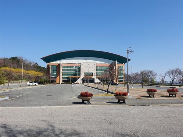 홍성군은 실내체육시설인 홍주문화체육센터. 지난달부터 임시폐쇄해 주차장이 텅 비어 있었다.