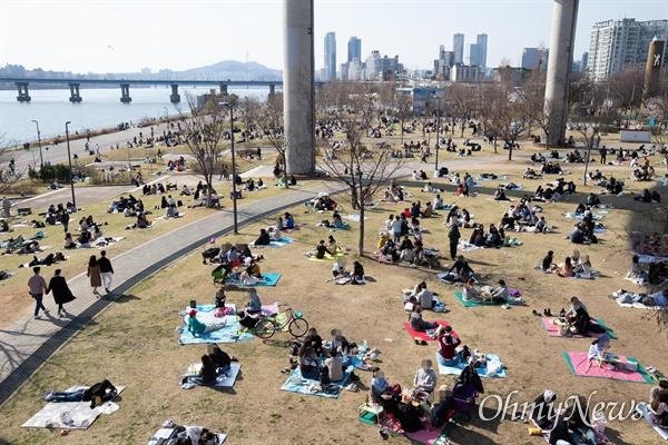 봄나들이도 '사회적 거리두기' '코로나19' 확산 방지를 위한 사회적 거리두기(2미터) 집중 캠페인이 벌어지는 가운데 29일 오후 서울 광진구 한강변 뚝섬유원지에서 많은 시민들이 봄나들이를 나와 있다. '코로나19' 확산 방지를 위해 4월말까지 텐트 설치가 금지된 가운데, 돚자리에 앉은 시민들은 '사회적 거리두기'를 의식한 듯 다른 돚자리와 간격을 일정거리 띄워 두고 있다.