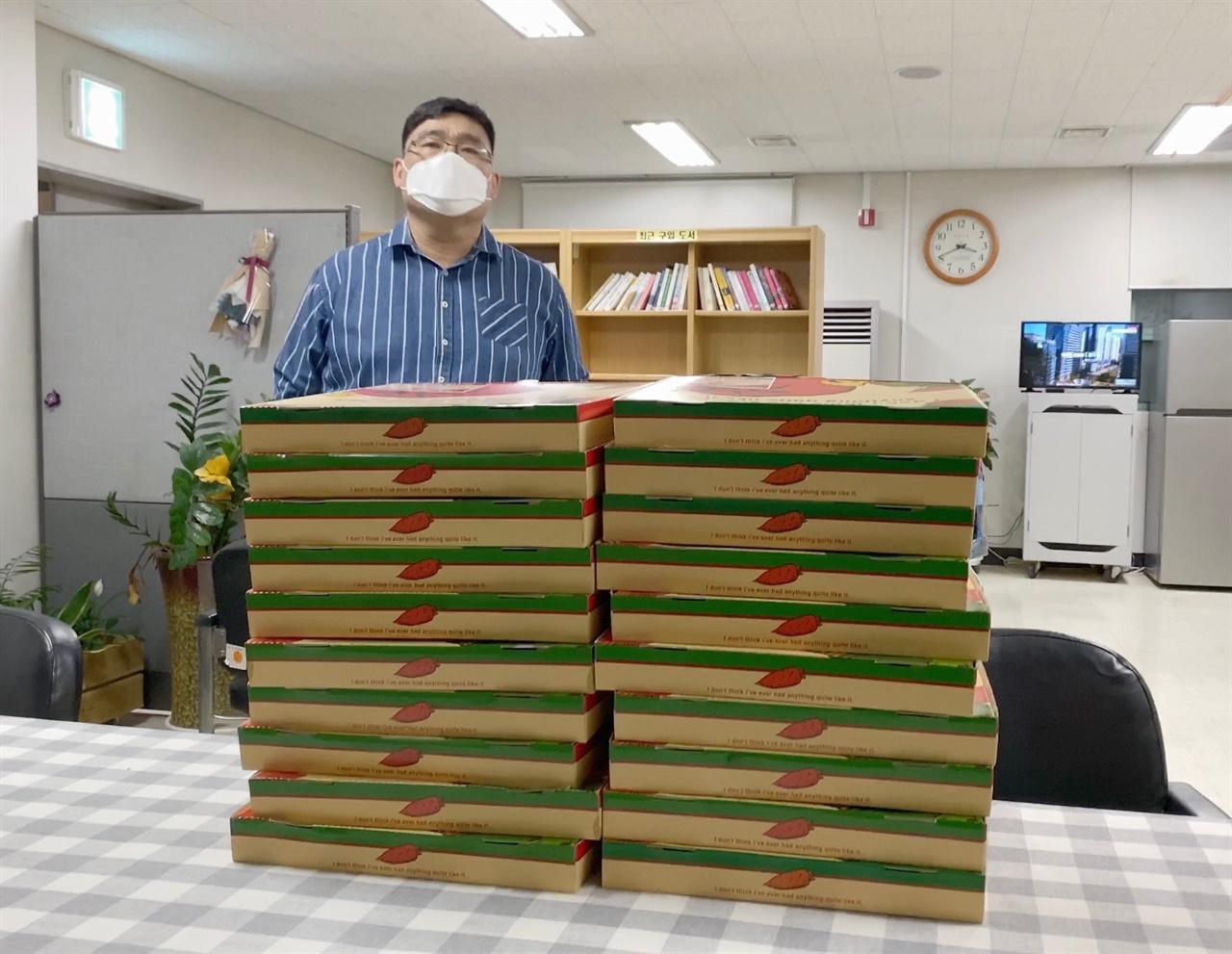 간식응원을 처음 시작한 '발렌타인 피자' 오인성씨. 32년째 피자집을 운영하고 있다. 처음에는 보건소로, 사진 속 장소는 군산의료원이다. 피자 30판은 '금강인쇄소'를 운영하는 노승민 대표가 의료진들을 응원하는 간식이다.
