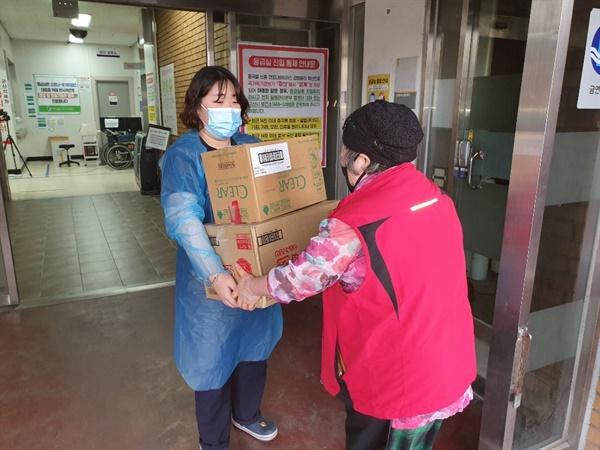 군산 점보짬뽕에서는 야간근무를 하는 의료진들에게 나흘간 짬뽕밥 40그릇씩을 드렸다.