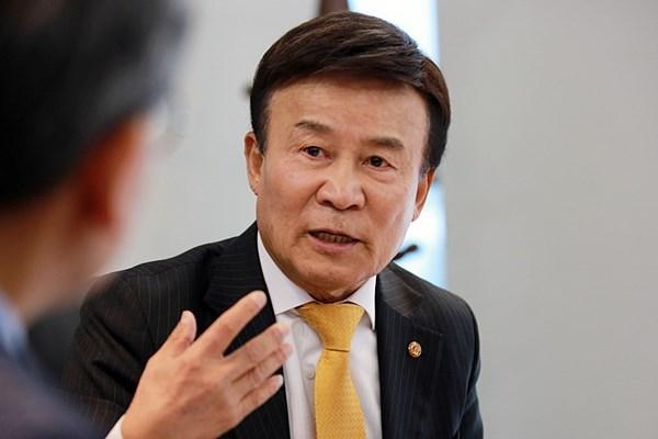 김원웅 회장 기자의 질문에 답하고 있는 김원웅 광복회 회장이다.