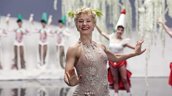 영화 <퀸 오브 아이스>는 피겨 스케이팅 선수이자 영화배우이자 아이쇼에서 공연한 소냐 헤니의 삶을 다루고 있다.