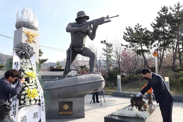 허성무 창원시장은 30일 고 한주호 준위 동상을 찾아 참배했다.