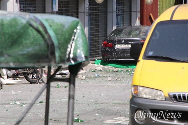 대구시 중구동인동 3가에서 재개발사업이 진행중인 가운데 철거민들이 강제집행에 반발하면서 망루에서 병을 던져 바닥에 깨진 병조각들이 나뒹굴고 있다.