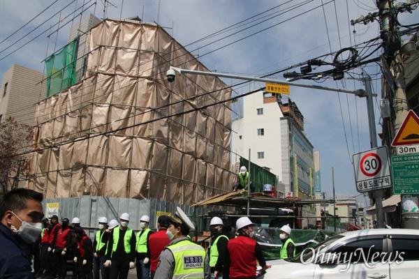 대구시 중구 동인동3가에서 재개발사업이 진행중인 가운데 조합 측이 30일 강제집행에 들어가자 철거민들이 건물 옥상 망루에 올라가 저항하면서 강제집행이 진행되지 못하고 있다.