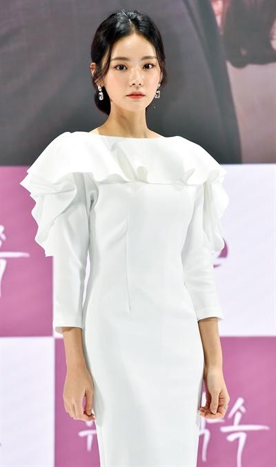 '위험한 약속' 김혜지, 색다른 매력 배우 김혜지가 27일 오후 온라인으로 진행된 KBS 2TV 새 일일드라마 <위험한 약속> 온라인 제작발표회에서 포즈를 취하고 있다. <위험한 약속>은 불의에 맞서다 벼랑 끝에 몰린 한 소녀, 그녀와의 약속을 저버리고 자신의 가족을 살린 남자, 7년 뒤 다시 만난 두 사람의 치열한 감성 멜로 복수극이다. 30일 월요일 오후 7시 50분 첫 방송.