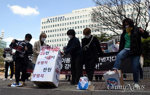 대전여성단체연합은 30일 오전 대전지방검찰청 앞에서 기자회견을 열고, 텔레그램 n번방 성착취 공범자 모두를 강력 처벌하라고 촉구했다. 사진은 퍼포먼스 장면.