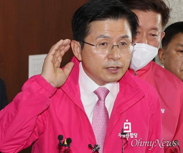 미래통합당 황교안 대표가 30일 오전 서울 여의도 국회에서 열린 중앙선거대책위원회의에 참석한 뒤 기자 질문을 받고 있다.