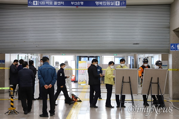 30일 자신이 개발한 코로나19 마스크를 인정하라며 부산시청 2층 민원실에서 인화성 물질을 들고 시위를 벌이던 60대 남성이 1시간 10여분 만에 체포됐다.