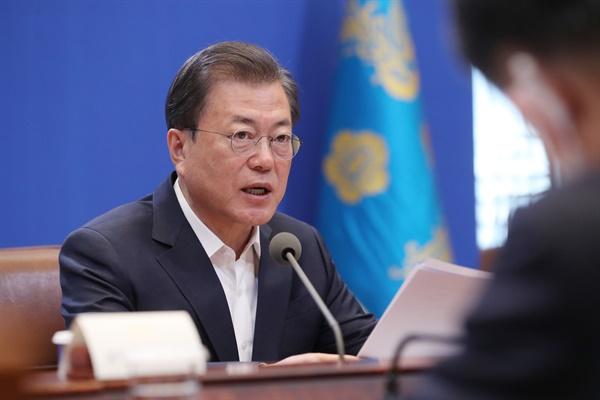 문재인 대통령이 30일 청와대에서 열린 신종 코로나바이러스 감염증(코로나19) 관련 제3차 비상경제회의를 주재하고 있다.