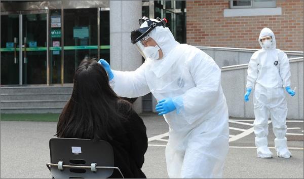 대전시가 코로나19 바이러스 감염증 예방을 위해 해외 입국자 임시 격리시설로 운영 중인 중구 침산동 청소년수련마을에서 검체 채취를 하고 있는 장면(대전시 제공 자료사진).