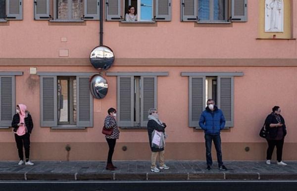 약국 앞에 거리를 두며 줄을 서고 있는 이탈리아 주민들.