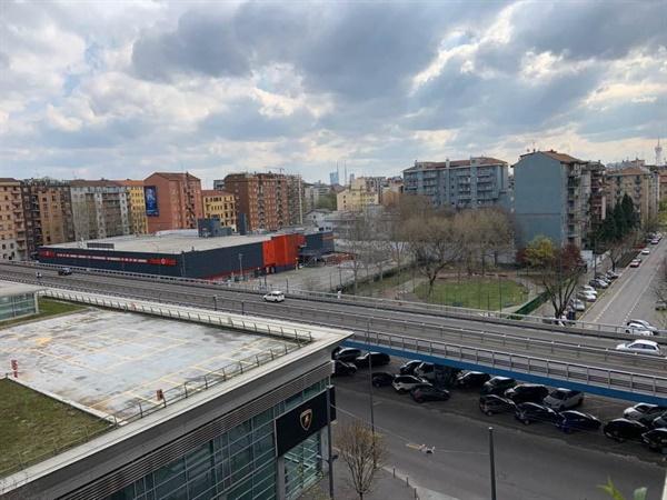 텅빈 밀라노의 도시 전경 자가격리중인 주민이 바라본 밀라노의 고속도로와 주변