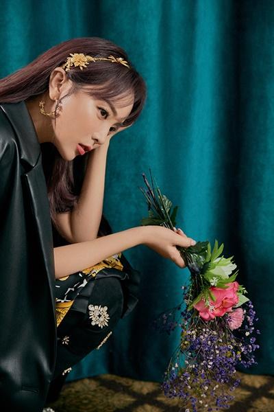 홍진영, 트로트퀸 컴백 가수 홍진영의 새 앨범 < Birth Flower(탄생화) >와 신곡 <사랑은 꽃잎처럼>의 티저영상 및 티저 이미지가 공개됐다. 가수 홍진영의 신보 발매 기념 쇼케이스는 코로나19로 인해 4월 1일 오후 8시 온라인으로 진행된다.