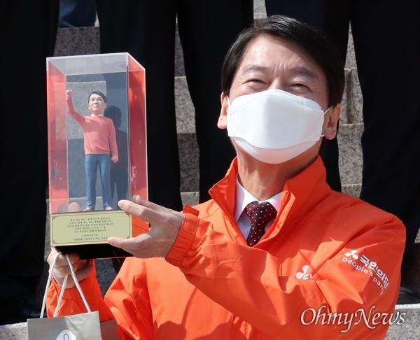 국민의당 안철수 대표가 31일 오후 서울 여의도 국회 본청 계단에서 열린 선거대책위원회 출범 행사에서 지지자들로부터 선물받은 '안철수 피규어'를 들어보이고 있다.