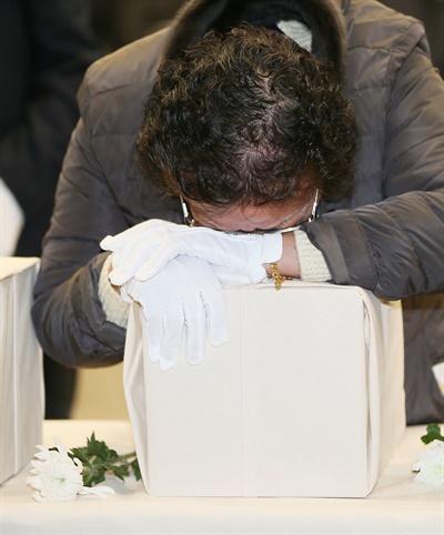 지난 1월 22일 오전 제주4·3평화교육센터 강당에서 열린 제주4·3희생자 신원 확인 보고회에서 신원 확인된 희생자의 유족들이 오열하고 있다.