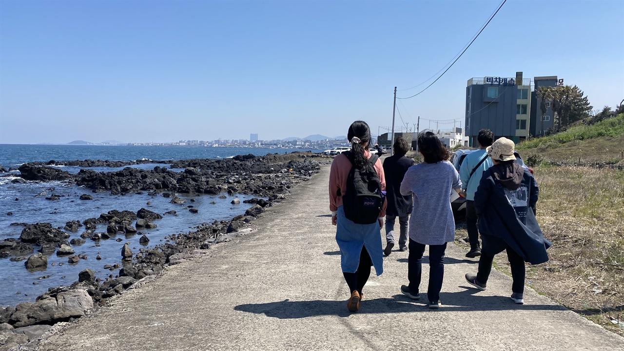 바다를 끼고 걸으며 유적지를 찾아다녔습니다.