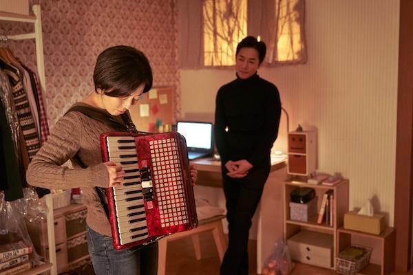 영화 <찬실이는 복도 많지>에서 장국영으로 우기는 귀신으로 출연한 배우 김영민과 그의 응원과 지지를 받는 찬실이 역을 맡은 배우 강말금