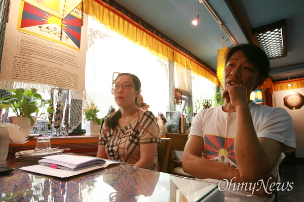 명동성당에서 향린교회로 내려오는 골목길 2층에 자리잡은 티벳-인도 전문음식점 '포탈라'를 운영하는 이근혜(31)씨와 민수(본명 텐진 델렉)씨 부부.