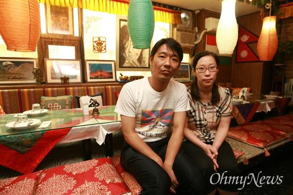 명동성당에서 향린교회로 내려오는 골목길 2층에 자리잡은 티벳-인도 전문음식점 '포탈라'를 운영하는 민수(본명 텐진 델렉)씨와 이근혜씨 부부.