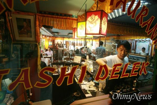 명동성당에서 향린교회로 내려오는 골목길 2층에 자리잡은 티벳-인도 전문음식점 '포탈라'에서 민수(본명 텐진 델렉)씨가 점심시간에 몰려드는 손님을 맞느라 분주하다.