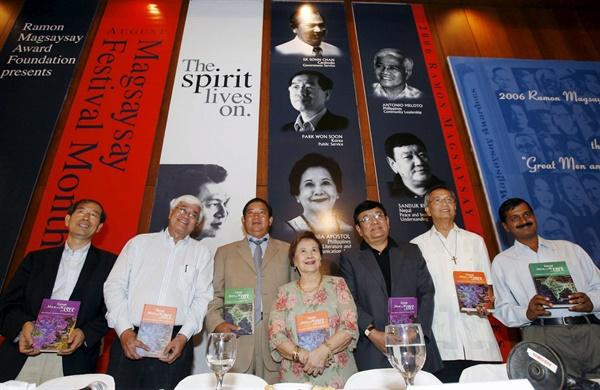박원순 서울시장(왼쪽)은 2006년 8월 31일 '아시아의 노벨상'으로 불리는 막사이사이상(공공 봉사 부문)을 필리핀 마닐라에서 받았다. 박 시장은 이때 받은 상금 5만 달러를 필리핀의 비영리단체에 기부했다.