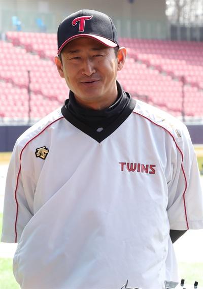 LG트윈스 박용택이 지난 3월 19일 오후 서울 송파구 잠실야구장에서 훈련을 마친 뒤 취재진의 질문에 답하고 있다.