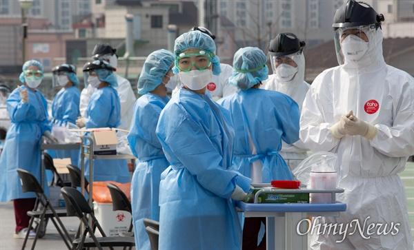 환자와 의료진 일부가 '코로나19' 집담 감염된 것이 확인되어 1일부터 병원 전체가 폐쇄된 경기도 의정부시 가톨릭대 의정부성모병원에서 직원, 환자, 보호자와 간병인 등 2천여명을 대상으로 전수 검사가 실시됐다. 주차장에 마련된 안심진료소에서 의료진들이 대기하고 있다.