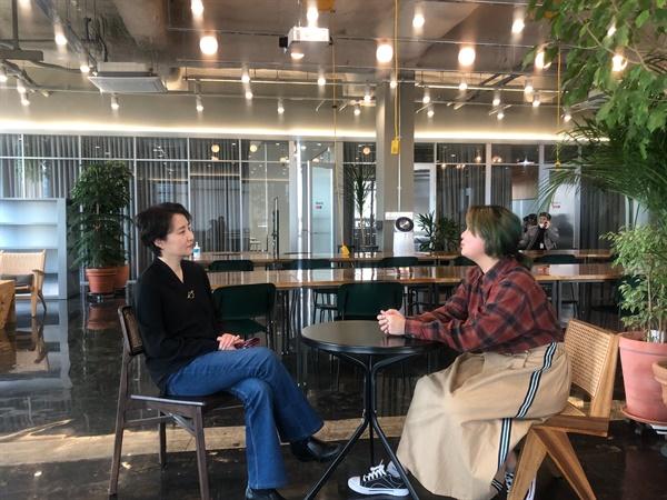 인터뷰를 하고 있는 이진순 와글 이사장(왼쪽)과 양말씨(오른쪽).