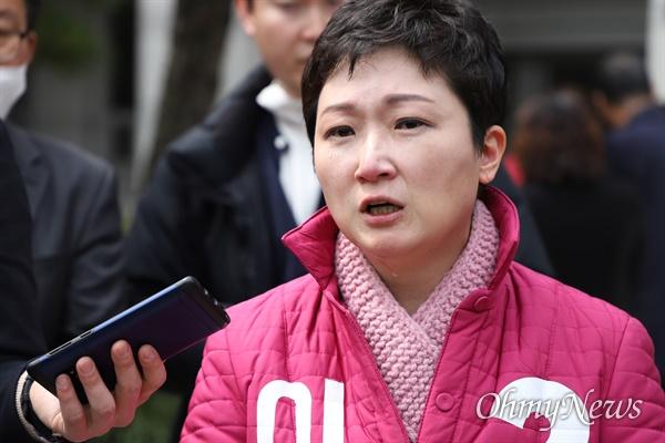 부산 남구을의 미래통합당 이언주 후보가 1일 부산시의회 앞을 찾아 울먹이며 말하고 있다