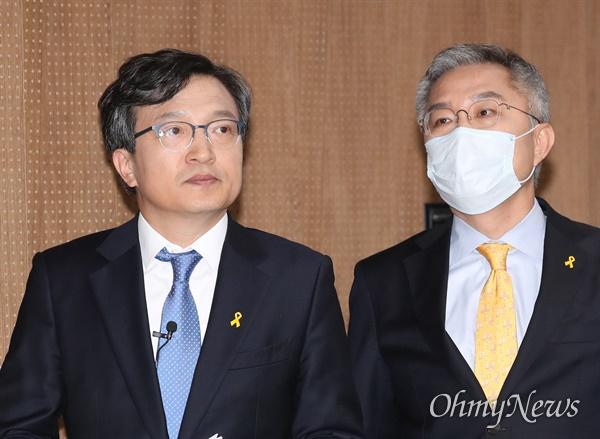 열린민주당 김의겸 비례대표가 1일 오후 서울 여의도 국회 소통관에서 언론개혁 공약을 발표한 뒤 나서고 있다. 오른쪽은 최강욱 후보.
