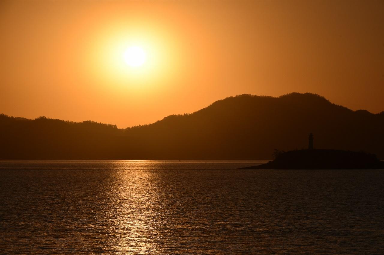 항구에서 멀어지며 시하바다와 다도해에 뜬 섬과 일출을 만난다. 선상에서 일출 감상은 여행자에게 특별한 선물이다.