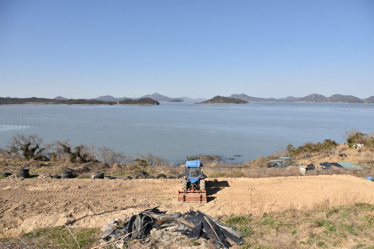 팔구포로 불리는 옥도에는 크고 작은 섬이 둘러싸고 있다. 여덟 개의 수도(水道)를 통해 왕래가 가능하니 가히 바닷길의 중심이라고 할 수 있다.