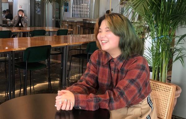 인터뷰를 하고 있는 양말씨(오른쪽).