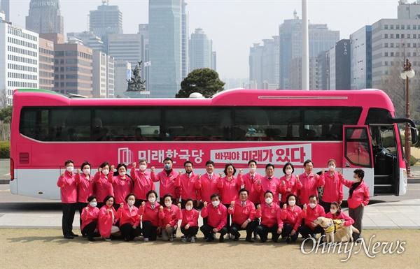 미래한국당 유세 버스 공개 미래한국당 원유철 대표와 비례대표 후보들이 1일 서울 여의도 국회 본관 앞에서 당 유세 버스를 배경으로 기념촬영을 하고 있다.