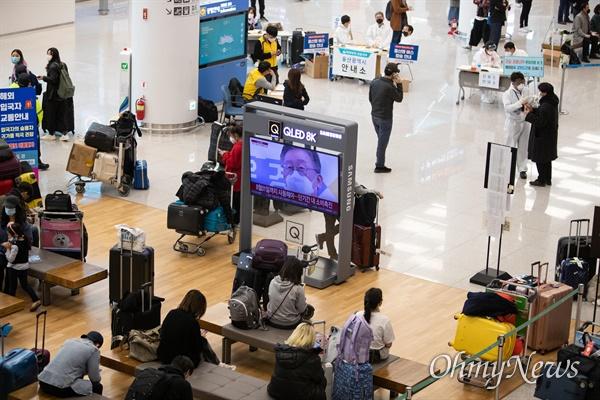 1일 오후 인천국제공항 제2여객터미널에서 각 지자체에서 나온 공무원들이 방역복을 입은 채 외국에서 입국한 승객들을 대상으로 '코로나19' 대비 안전한 귀가를 위한 교통편을 안내하고 있다. 1일부터 모든 해외입국자들은 2주간 자가격리를 해야하며, 위반시 정부는 무관용원칙으로 처벌할 것이라 밝혔다.